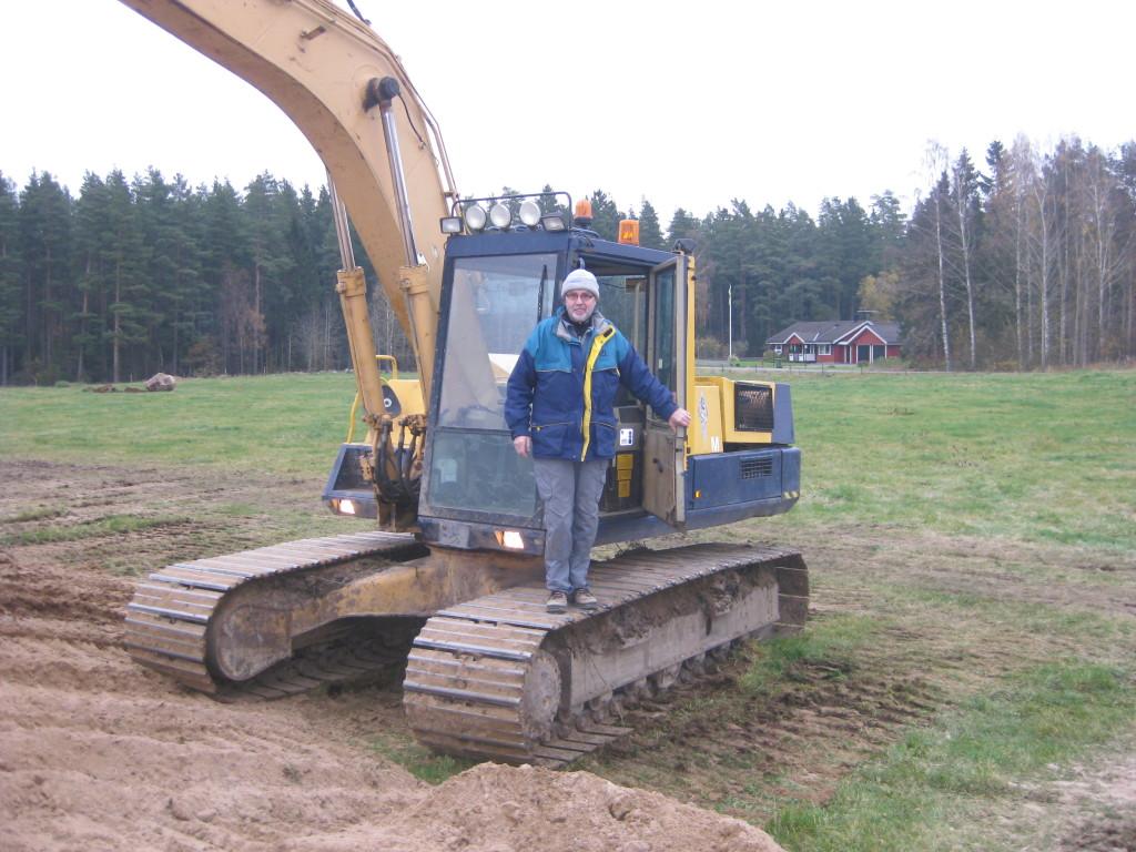 26 okt. markarbetet är i full gång. Här min pappa Bengt. Nästa vecka planeras byggarna komma till gården.